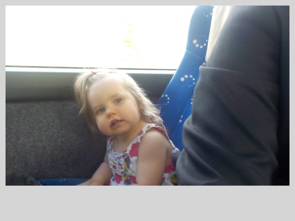 Tää on mun sisko ja sen ensimmäinen bussi matka.