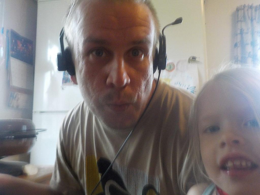 Iskä tekee jotain tärkeetä koneella kun sillä on noi kuulokkeet. Taitaa tehdä jotain blogia.
